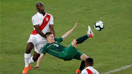¡La desvió! Paolo Guerrero bloqueó el remate de Luis Advíncula en el partido de Perú ante Bolivia