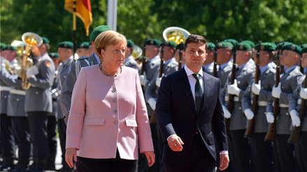 Angela Merkel sufrió temblores en ceremonia oficial cuando se entonaba el himno de Alemania