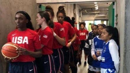 Como David y Goliat: La foto viral que conmueve y muestra la desigualdad física en el básquet