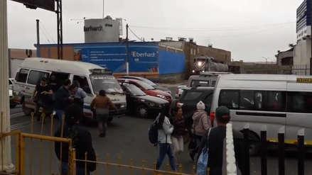 Video: Pasajeros abandonan combi ante llegada de tren en el Callao