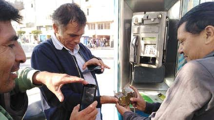 Por recuperar una moneda de un sol, hombre atasca su mano en un teléfono público