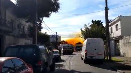Fuerte explosión en una fábrica provocó una nube anaranjada en Buenos Aires
