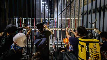 Nuevo asedio de activistas a cuartel policial de Hong Kong por polémica ley de extradición