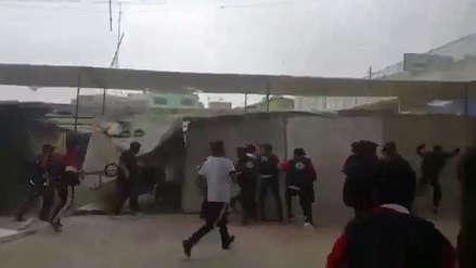 Escolares se enfrentan a comerciantes que se habían adueñado de parte de su colegio [VIDEO]