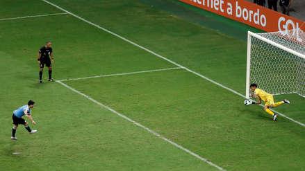 Pedro Gallese fue la figura del partido al atajar este penal a Luis Suárez
