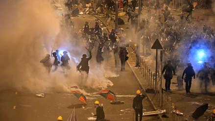Con bombas lacrimógenas la Policía de Hong Kong retomó el control del Parlamento [FOTOS]