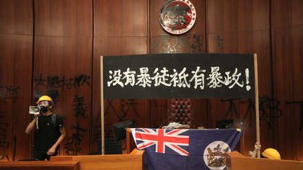 Tensión en China: Manifestantes derribaron puertas y tomaron el Parlamento de Hong Kong [FOTOS]