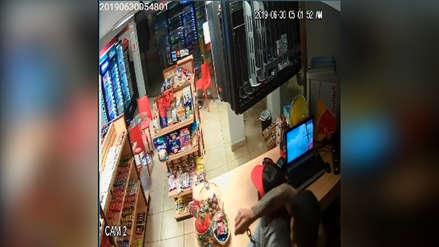 Video | No le quieren vender alcohol e intenta ahorcar con una cadena a empleada de minimarket