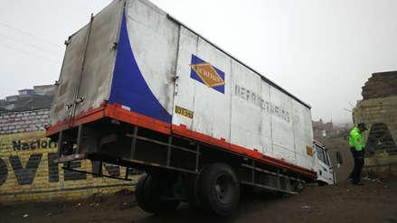 Camión impacta contra muro de colegio y chófer fuga del lugar