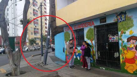 Un poste a punto de caer sobre cuna guardería en el Centro de Lima