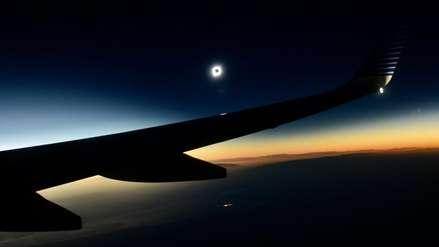 ¡Impresionante! Así se vio el eclipse desde un avión en pleno vuelo [VIDEO]