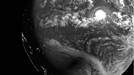 La imagen más espectacular del eclipse solar: Satélite capta su sombra junto al huracán Bárbara
