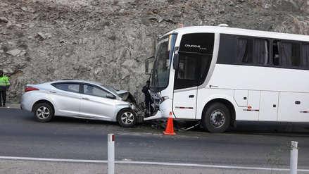 Arequipa | Automóvil chocó frontalmente con un bus en la carretera a Cerro Verde