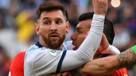 ¡Insólito! Lionel Messi fue empujado y 'pecheado' por Gary Medel, pero el árbitro expulsó a ambos