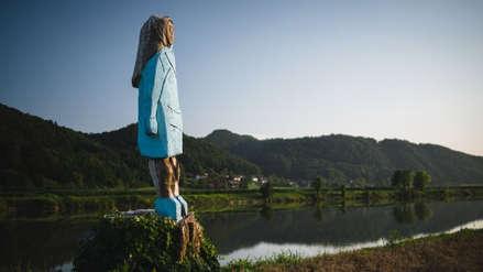 """""""Parece un espantapájaros"""": Estatua de Melania Trump en Eslovenia causa polémica"""