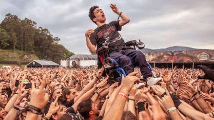 La imagen de un joven en silla de ruedas levantado por el público durante un concierto conmueve a usuarios