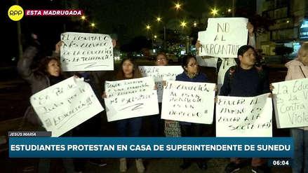 Estudiantes de Telesup realizaron plantón en la casa del jefe de la Sunedu [VIDEO]