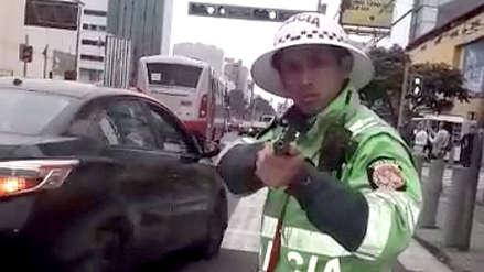 Policía de tránsito apuntó con su arma a conductor que se resistía a ser intervenido [VIDEO]