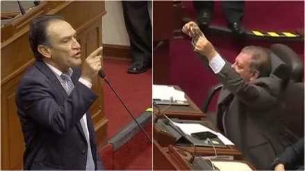 Arana le mostró unos grilletes a Becerril durante debate en el Pleno sobre el caso Chávarry [VIDEO]