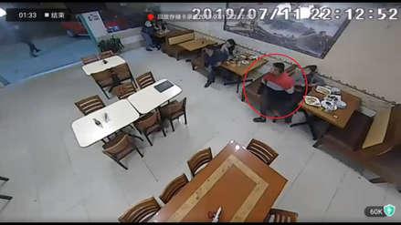 Hombre abandonó a su acompañante para evitar ser asaltado durante robo a chifa [VIDEO]