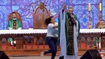 Mujer subió a un estrado en plena misa y empujó a reconocido sacerdote en Brasil [VIDEO]