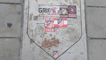 ¡No lo extrañan! Hinchas de Atlético de Madrid vandalizan placa de Antoine Griezmann en el Wanda Metropolitano