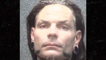 Estrella de WWE, Jeff Hardy, fue detenida tras ser encontrada desmayada en la vía pública