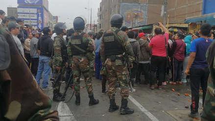 Vendedores informales atacan con papas y camotes a policías y agentes municipales en Trujillo