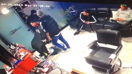 Cámaras seguridad captaron asalto a Miguel 'Conejo' Rebosio en una barbería del Callao