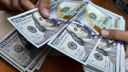 Dólar sube ligeramente a mitad de la sesión cambiaria