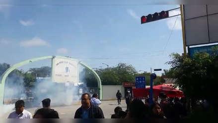 Policía lanzó bombas lacrimógenas para dispersar a estudiantes que tomaron la Universidad Pedro Ruiz Gallo