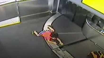 Niño resultó herido tras ser arrastrado por cinta transportadora de equipaje de un aeropuerto [VIDEO]