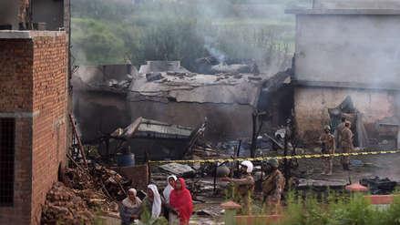 Al menos 17 muertos tras caída de avión militar en área residencial de Pakistán