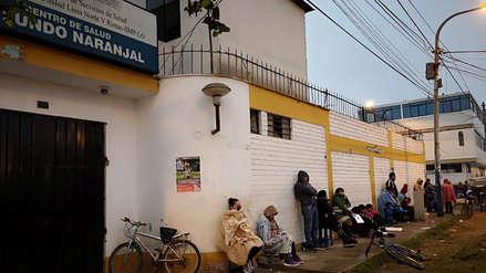 Madres de familia realizan largas colas en busca de citas para sus hijos en centro de salud de SMP