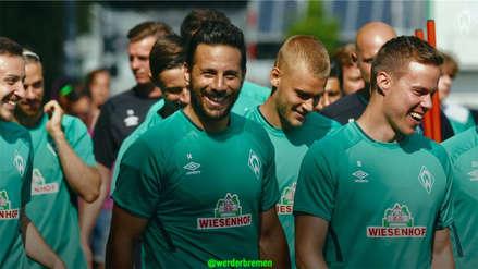 ¡Lo aman! Hincha con camiseta de Claudio Pizarro se metió a la cancha durante el partido Werder Bremen vs. Everton