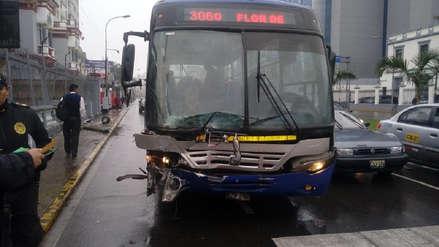 Bus del Corredor Azul se estrelló contra la embajada de Venezuela y dejó tres heridos