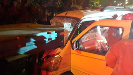 Un miniván se estrelló contra un tráiler mal estacionado en Los Olivos