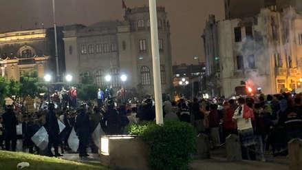 Policía dispersa con bombas lacrimógenas a hinchas en 'banderazo crema' en Plaza San Martín