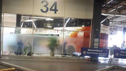 Bus interprovincial se empotró en la sala de espera del terminal terrestre de Plaza Norte [VIDEO]