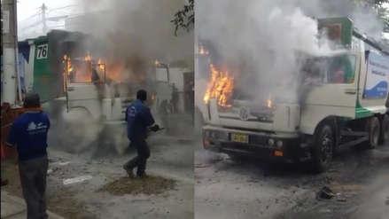 Sujetos encapuchados prenden fuego a camión compactador de basura en el Callao [VIDEO]
