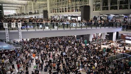 Un tribunal de Hong Kong prohíbe a manifestantes permanecer en el aeropuerto