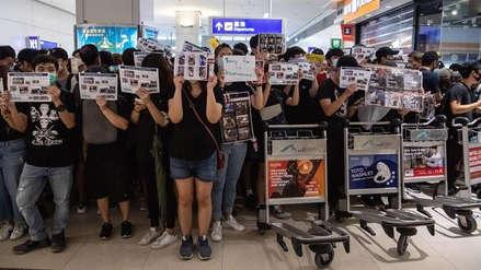 Manifestantes de Hong Kong se disculpan con los viajeros por paralizar el aeropuerto