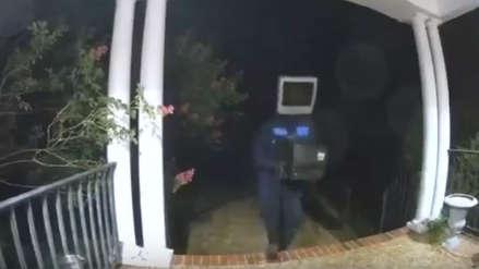 Un hombre con un televisor en la cabeza fue captado regalando monitores antiguos