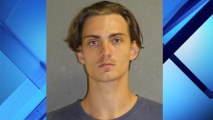 Hombre es arrestado por decirle a su exnovia que quería matar a una multitud para