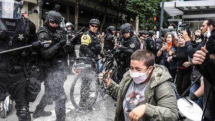 Ciudad en EE.UU. permanece bajo estricta custodia policial por manifestaciones de grupos extremistas