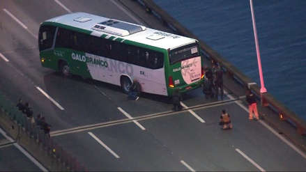 Hombre armado mantiene un número indeterminado de rehenes en un bus en Río de Janeiro [VIDEO]