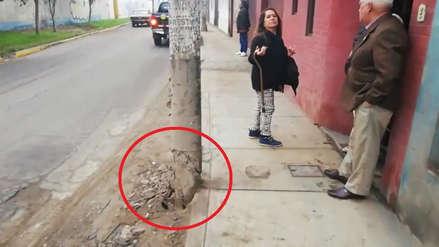 Poste a punto de caer pone en riesgo una vivienda y a transeúntes en San Juan de Lurigancho