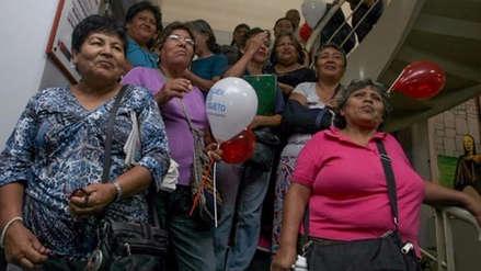 Latinoamericanas ganan 17% menos que los hombres por cuidar niños y ancianos