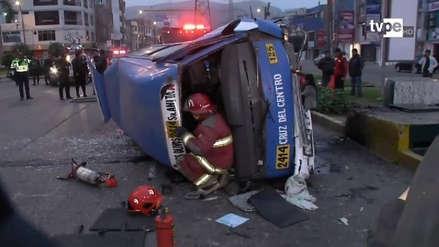 Al menos 10 personas resultaron heridas al volcarse una combi en Los Olivos
