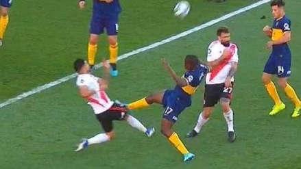 ¡Pudo ser roja! La dura falta de Jan Hurtado contra Paulo Díaz en área de River Plate